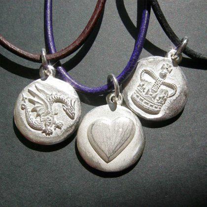 SYMBOLE DES GLÜCKS – DRACHE: Symbol für Glück & Stärke – HERZ: Symbol für Liebe – KRONE: Symbol für das eigene Königreich – Handgearbeitet aus Sterlingsilber